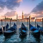 вид на гондолы в венеции