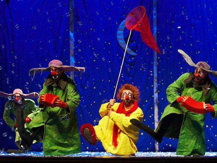 Выступление трех клоунов снежнего шоу