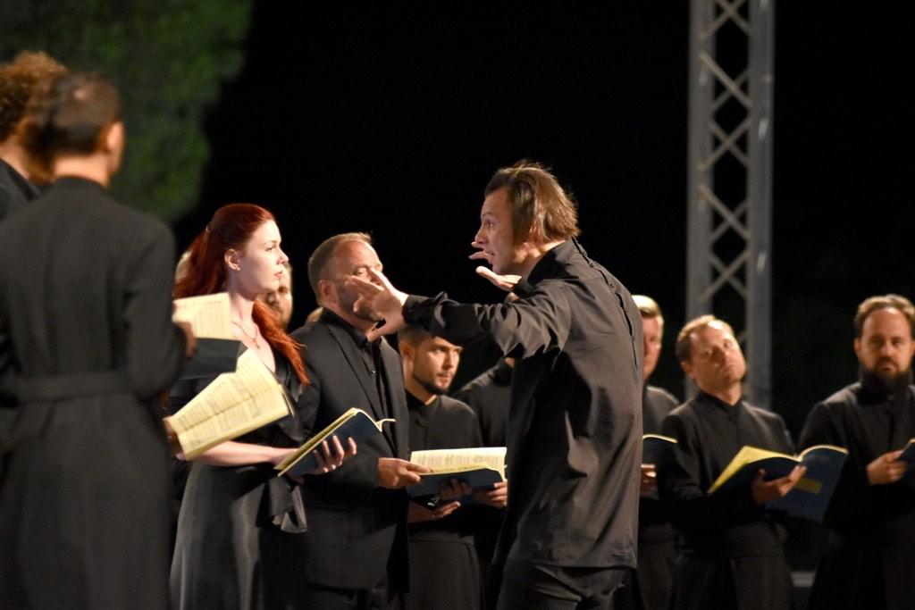 Дирижер во время спектакля на Равелло фестиваль