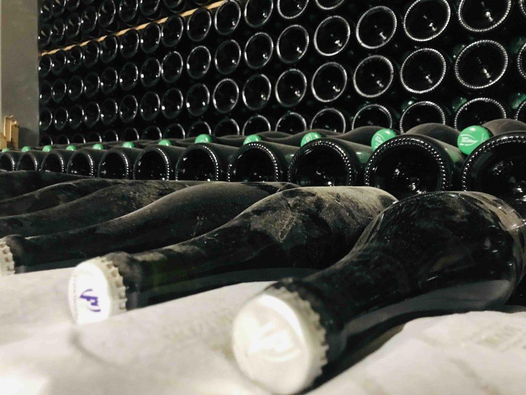 Игристое вино отдыхает на дрожжах