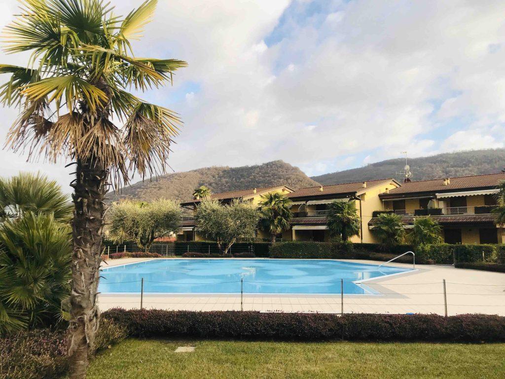 парк с бассейном в отеле Уливи