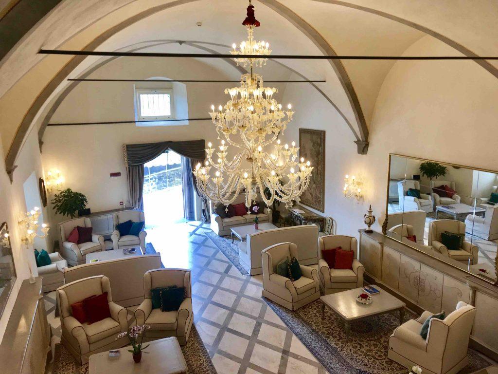 Ресепшн в отеле Монастеро